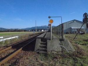 六条駅を紹介します。  階段の先から振り返って見たプラットホーム/どこまでもアマチュア