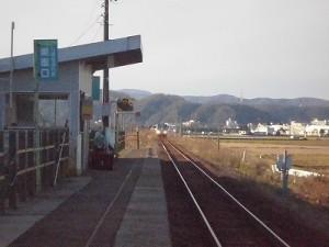 六条駅を紹介します。 列車のヘッドライトが近づいてくる/どこまでもアマチュア