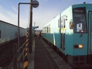 六条駅を紹介します。 利用者が乗車する瞬間の2枚目の写真/どこまでもアマチュア