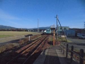 六条駅を紹介します。さらにプラットホームから遠ざかる列車/どこまでもアマチュア