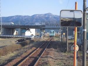 六条駅を紹介します。山脈の風景になじんでいく列車/どこまでもアマチュア