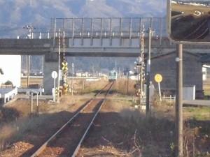 六条駅を紹介します。見えにくいところまで遠ざかった列車/どこまでもアマチュア