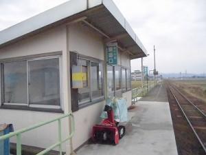 足羽駅はこんなところでした。 プラットホームから見た駅舎/どこまでもアマチュア