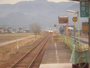 足羽駅はこんなところでした。 だんだん近づいて来る列車/どこまでもアマチュア