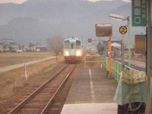 足羽駅はこんなところでした。 やっと到着した列車/どこまでもアマチュア