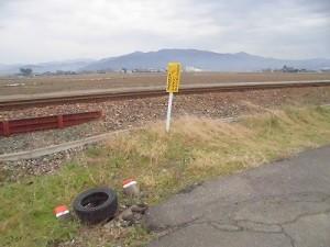 足羽駅はこんなところでした。 「せんろにはいってはいけません。」と書いてある黄色い標識/どこまでもアマチュア