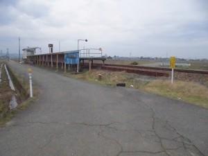 足羽駅はこんなところでした。 プラットホームと自転車置き場の途切れた場所/どこまでもアマチュア
