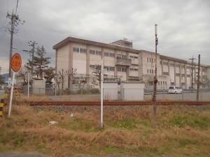 足羽駅はこんなところでした。 線路の向こう側から見た足羽第一中学校の正面玄関方面/どこまでもアマチュア