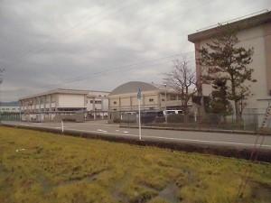 足羽駅はこんなところでした。 足羽第一中学校の体育館などの遠景/どこまでもアマチュア
