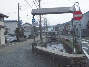越前東郷駅を見てきました。 道路の真ん中の障害物は川だった様子/どこまでもアマチュア