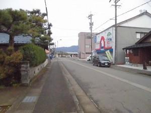 越前東郷駅を見てきました。 越前東郷駅に近づく道/どこまでもアマチュア