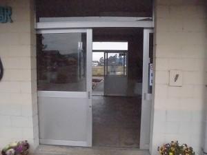 越前東郷駅を見てきました。 駅舎入口引き戸/どこまでもアマチュア