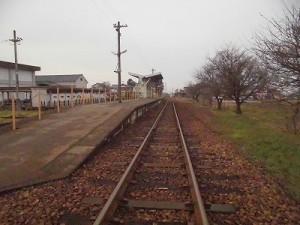 越前東郷駅を見てきました。 プラットホームと本線が寄り添っている/どこまでもアマチュア