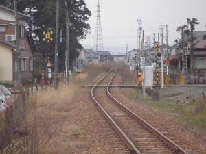 越前東郷駅を見てきました。 プラットホーム先端からさらに遠くを見た風景/どこまでもアマチュア