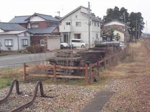 越前東郷駅を見てきました。 支線行き止まり奥に備蓄された枕木/どこまでもアマチュア