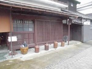 越前東郷駅を見てきました。 軒下の壺/どこまでもアマチュア