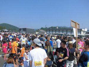 第52回越前大野名水マラソン 選手集合所/どこまでもアマチュア