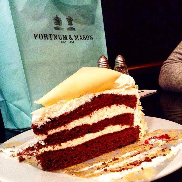 red velvet cake, fortum & Mason