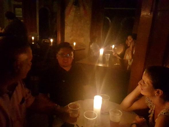Drinks bei Kerzenlicht durch den Stromausfall