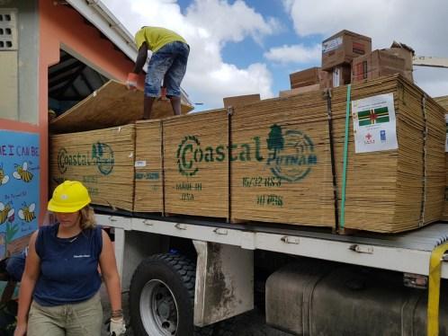 Neues Holz wird geliefert. Jetzt heißt's Abladen