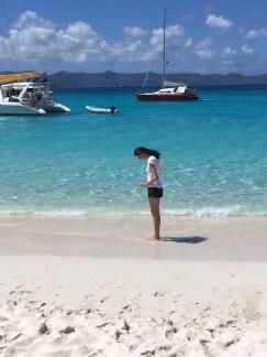 Ich beim Fotografieren meiner Füße im weißen Sand ;)