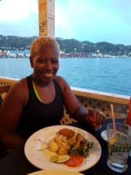 Mit Lucille in BBs Crabback, dem berühmtesten Restaurant der Insel