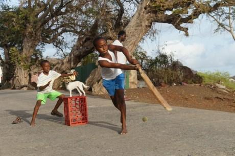 Kinder beim Cricketspielen