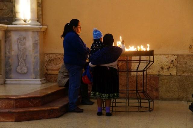 Bevor man in Ecuador eine Kerze in der Kirche anzündet, streicht man sich mit der Kerze über den ganzen Körper, damit die Sünden an ihr hängenbleiben. Hier hat die Oma beim Reinlaufen mit der Kerze über ihren Enkel gestrichen :)