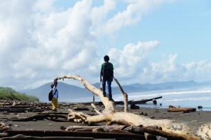 Zwei Jungs, die am Strand schauen, ob was Interessantes angeschwemmt wurde