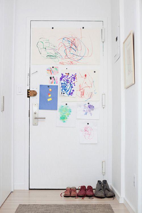 disegni dei bambini sulla porta di casa