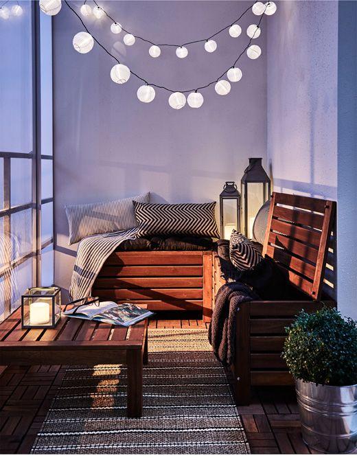 balcone illuminato con ghirlande di luci