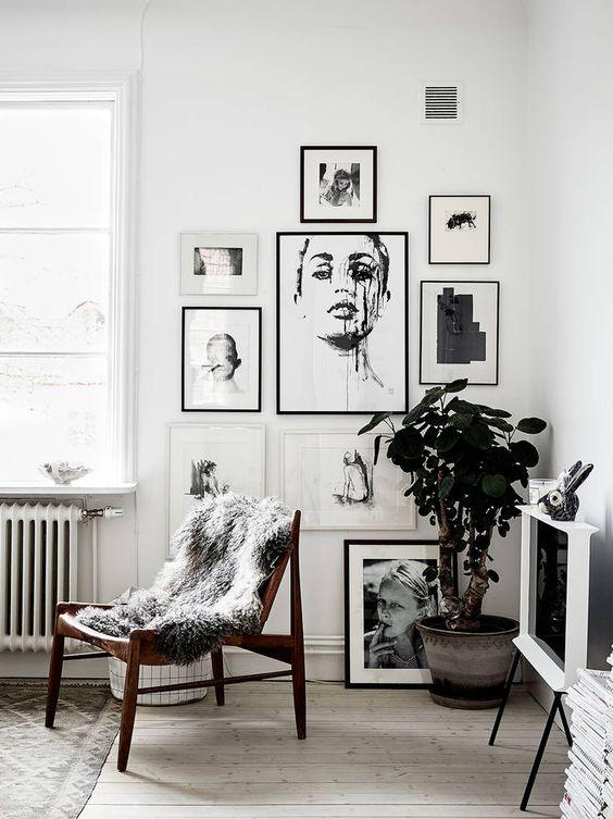 angolo living con cornici nere