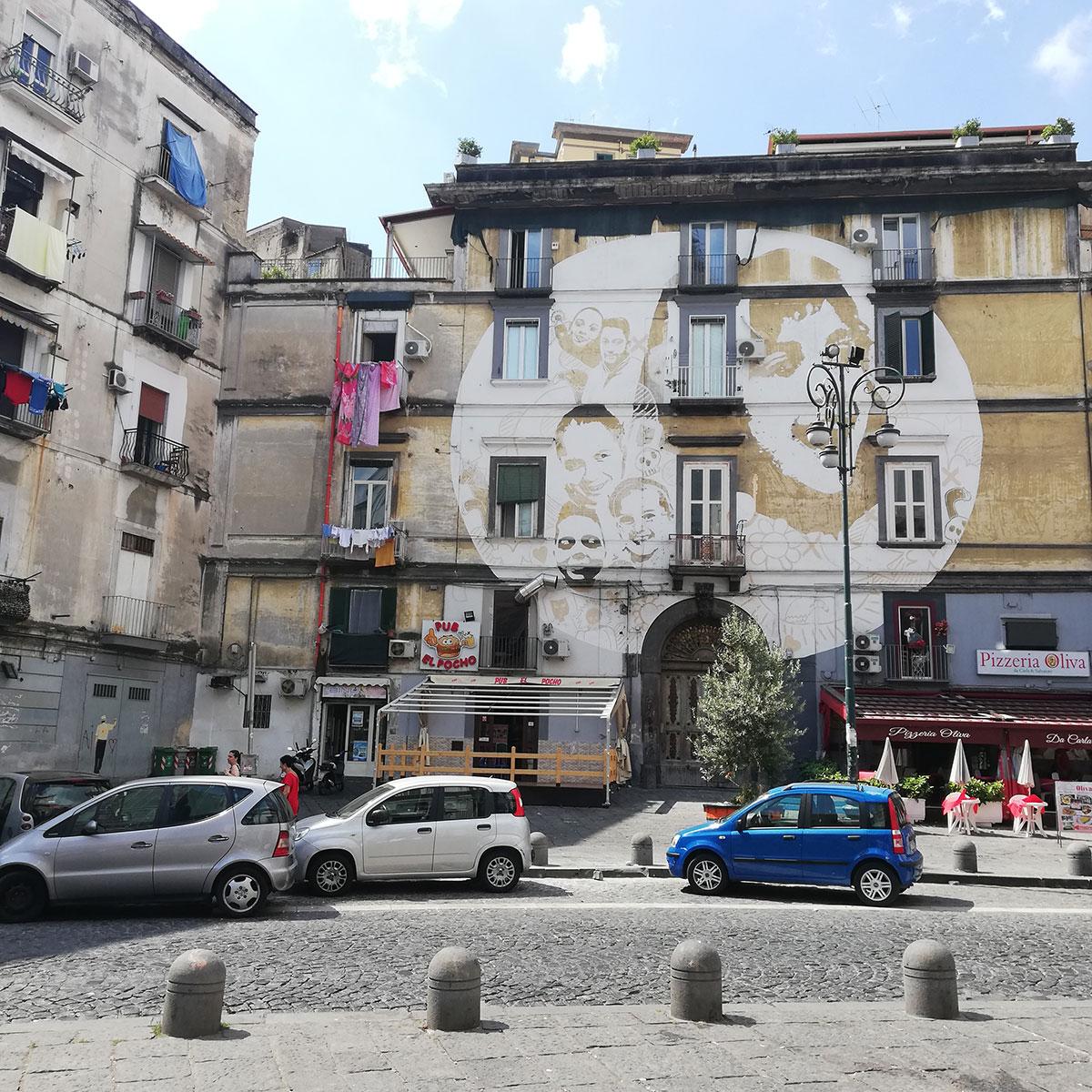 Murales LUCE di Tono Cruz nel rione sanità a Napoli