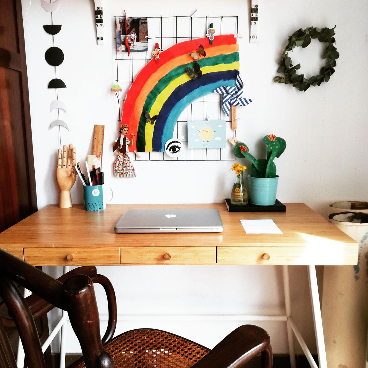 scrivania con disegno arcobaleno