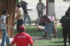 Mujeres indigenas son perseguidas y gollpeadas por los grupos de choque (Foto prensa de Cochabamba, 11, 1, 2007)