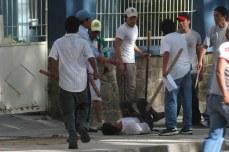 Campesinos golpeados en el piso por los grupos de choque autonomistas (Foto prensa de Cochabamba, 11, 1, 2007)