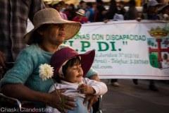 Flores para lxs marchistxs y las wawas marchistas (Foto: Chaski Klandestinx)