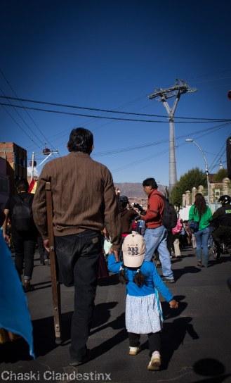 Marchando con la wawa (Foto: Chaski Klandestinx)