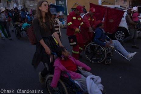 Caravana de Silla de Ruedas llega a La Paz con la solidaridad de la gente que se ofreció a empujar las sillas. (Foto: Chaski Klandestinx)