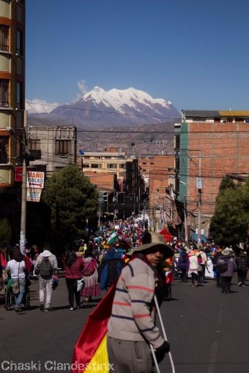 Con el Illimani de fondo, llega la marcha a La Paz (Foto: Chaski Klandestinx)