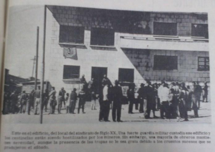 Mineros observan su sede sindical tomada por militares después de la masacre (Presencia, junio de 1967)
