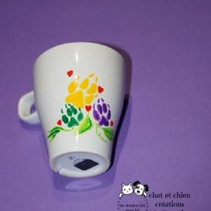 mug en grès motifs fleurs en pattes de chien et coeurs rouges créé par Georgia