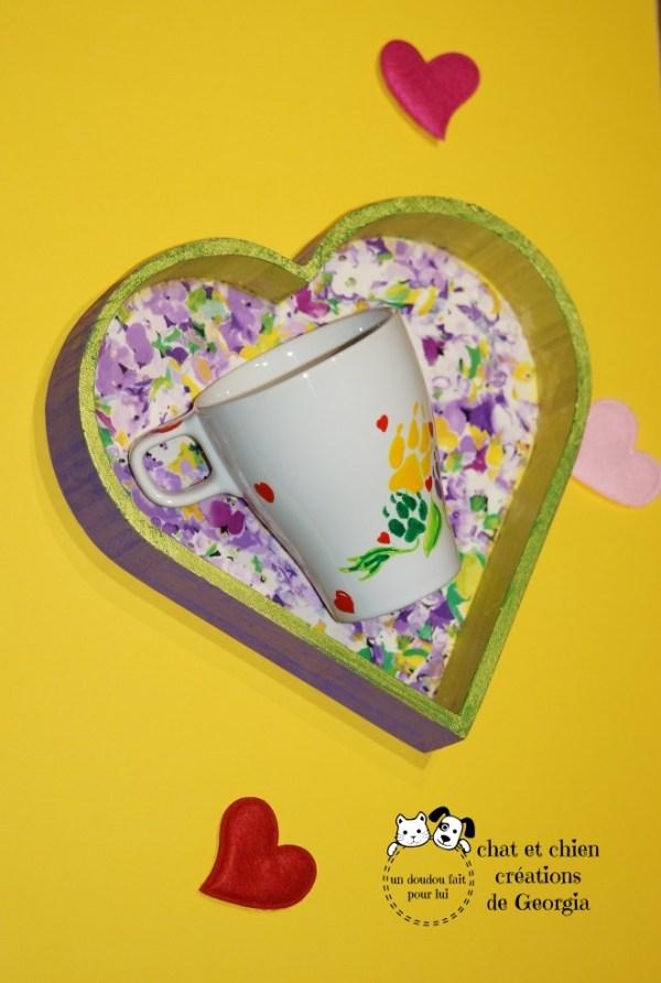 Plateau coeur et fleuri avec mug en grès créés par Georgia