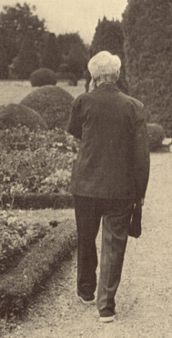 "Jacques Maritain dans les allées du jardin de Kolbsheim © ""Jacques Maritain: Homage in Words and Pictures"", John Howard Griffin & Yves R. Simon"