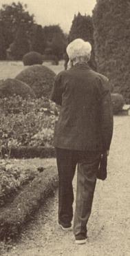 """Jacques Maritain dans les allées du jardin de Kolbsheim © """"Jacques Maritain: Homage in Words and Pictures"""", John Howard Griffin & Yves R. Simon"""