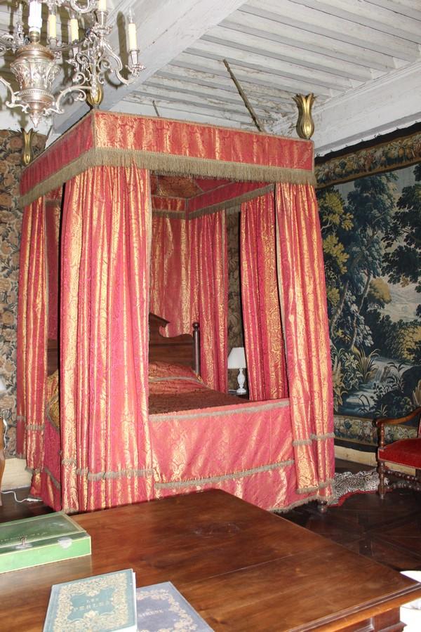 Saconay - Le baldaquin de la chambre historique