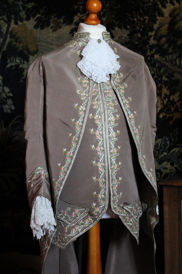 Saconay - Un mangifique costume Louis XVI