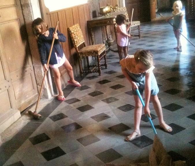 Saconay - Les petites filles jouent à Cendrillon