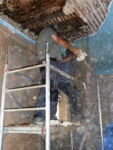 Saconay - Démolition de la partie endommagée du plafond