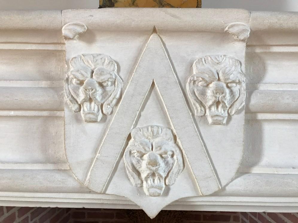 Emblème de Tilly présent sur les cheminées